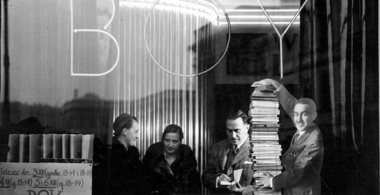 Grudzień 1932. Tadeusz Żeleński podczas podpisywania swoich książek w księgarni/sklepie prowadzonym przez tygodnik