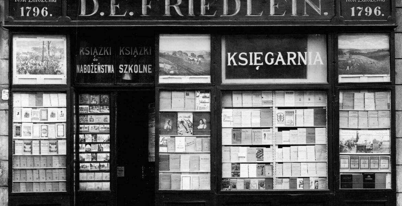 Lipiec 1935. Witryna księgarni D.E. Friedleina w Krakowie (rok założenia 1796).