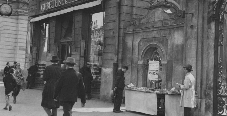 Maj 1933 roku. Tani Tydzień Książki w księgarni Gebethner i Wolff przy ul. Krakowskie Przedmieście 15 w Warszawie. Księgarnia prowadzona przez oficynę wydawniczą Gebethner i Wolff działała nieprzerwanie prawie sto lat, od 1857 do 1950 roku. Wydawnictwo wraz z siecią księgarń odniosło ogromny sukces w II Rzeczypospolitej - w 1937 miało wydanych ok. 7010 pozycji książek w nakładzie 45 mln. egzemplarzy i ok. 7147 pozycji nut.