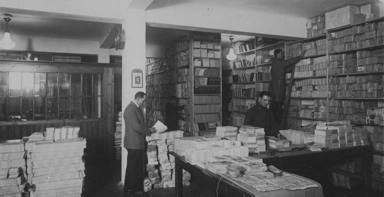 13 stycznia 1926 (data dzienna widoczna na kalendarzu ściennym). Wnętrze magazynu Księgarni Towarzystwa