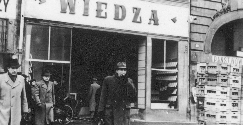 """1948. Księgarnia Spółdzielni Wydawniczej """"Wiedza"""" w Warszawie. W 1906 r. w Wilnie powstał tygodnik społeczno-polityczny """"Wiedza"""", który odegrał ważną rolę w dziejach PPS. Do tych tradycji nawiązywała utworzona po II wojnie światowej w 1946 r. Spółdzielnia """"Wiedza"""".  W latach 1945-1948 """"Wiedza"""