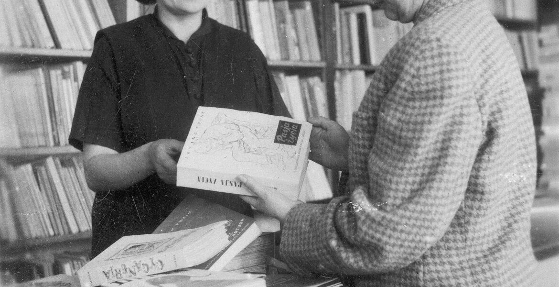 """1949. Wnętrze Księgarni Spółdzielni Wydawniczej """"Wiedza"""" w Warszawie. Na fotografii widoczne książki: Irvinga Stone'a (""""Pasja życia""""), Marka Twaina (""""Jankes na dworze króla Artura""""), Martina Andersena Nexø (""""Ditta""""). Autor fotografii nieznany"""