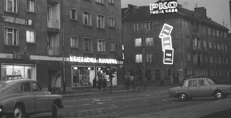 Czerwiec 1969. Na zdjęciu widoczny neon Księgarni Naukowej (Domu Książki) w Koszalinie. Fotografia z archiwum Grażyny Rutowskiej